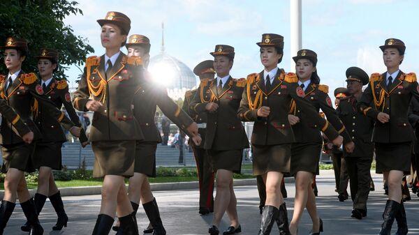 Военный оркестр Народной армии Корейской Народно-Демократической Республики во время торжественного шествия участников фестиваля Спасская башня на ВДНХ
