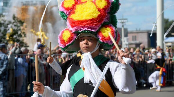 Участник музыкальной группы Хан-нури во время торжественного шествия участников фестиваля Спасская башня на ВДНХ
