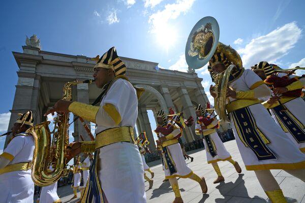 Военный симфонический оркестр Египта во время торжественного шествия участников фестиваля Спасская башня на ВДНХ