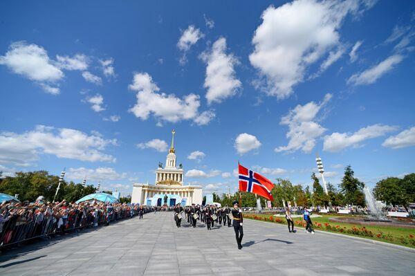 Марширующий оркестр Стрёмсгодсет (Норвегия) во время торжественного шествия участников фестиваля Спасская башня на ВДНХ