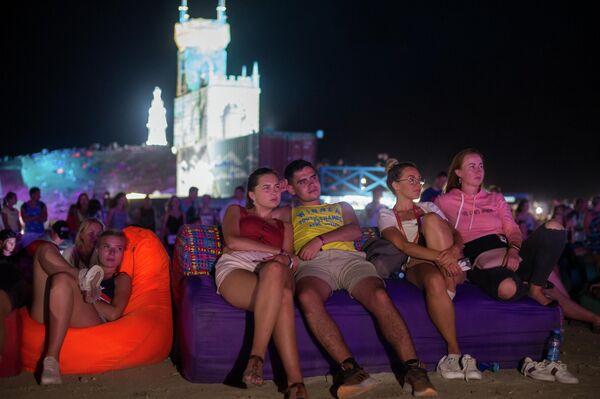 Зрители во время концерта на территории фестиваля творческих сообществ Таврида-АРТ в бухте Капсель в Судаке