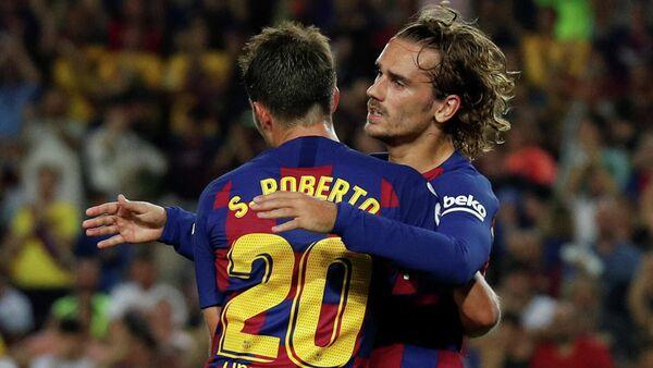 Футболисты Барселоны радуются голу