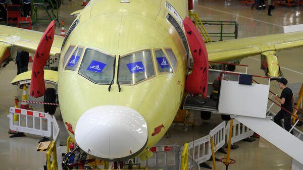 Самолет Sukhoi Superjet 100 в цехе окончательной сборки на заводе имени Гагарина в Комсомольске-на-Амуре