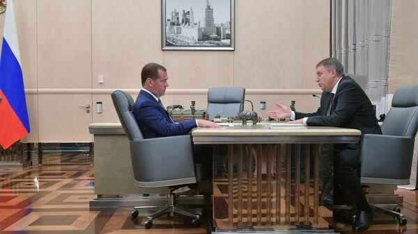 Председатель правительства РФ Дмитрий Медведев и губернатор Брянской области Александр Богомаз  во время встречи. 26 августа 2019