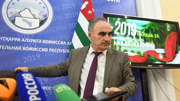Председатель Центральной избирательной комиссии Абхазии Тамаз Гогия на пресс-конференции о предварительных итогах голосования на выборах президента Абхазии. 26 августа 2019