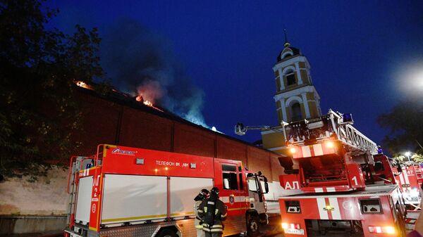 Сотрудники МЧС тушат возгорание кровли одного из зданий Богородице-Рождественского женского монастыря в Москве. 26 августа 2019