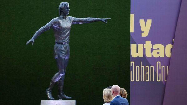 Статуя в честь бывшего футболиста и тренера испанской Барселоны Йохана Кройфа