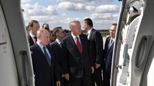 Президент РФ Владимир Путин и президент Турции Реджеп Тайип Эрдоган во время осмотра экспозиции Международного авиакосмического салона МАКС-2019