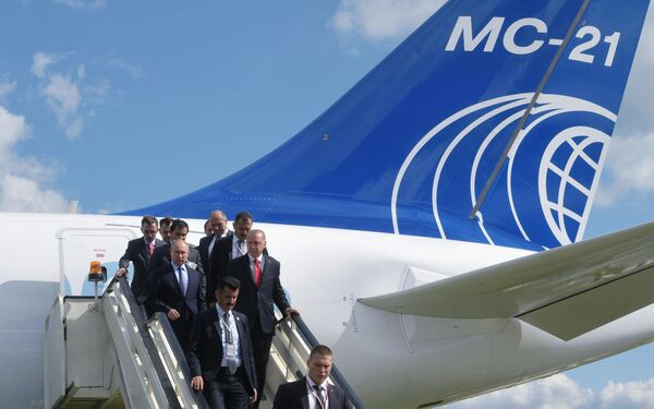 Президент РФ Владимир Путин и президент Турции Реджеп Тайип Эрдоган спускаются по трапу российского среднемагистрального пассажирского самолёта МС-21-300 во время посещения Международного авиакосмического салона МАКС-201