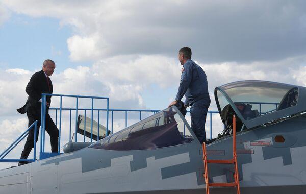 Президент Турции Реджеп Тайип Эрдоган осматривает российский многофункциональный истребитель Су-57 во время посещения Международного авиакосмического салона МАКС-2019