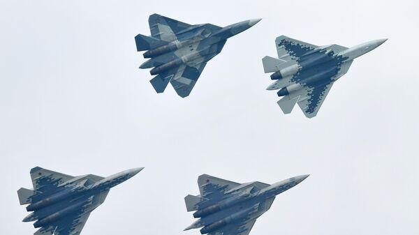 Российские многофункциональные истребители пятого поколения Су-57 выполняют демонстрационный полет на Международном авиационно-космическом салоне МАКС-2019 в подмосковном Жуковском.