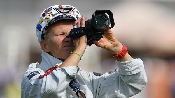 Посетитель на Международном авиационно-космическом салоне МАКС-2019 в подмосковном Жуковском
