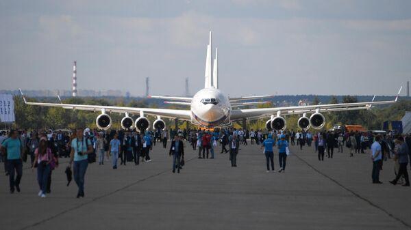 Советский и российский пассажирский широкофюзеляжный самолёт Ил-96 для авиалиний средней и большой протяжённости, представленный на Международном авиационно-космическом салоне МАКС-2019