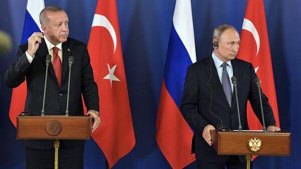 Президент РФ Владимир Путин и президент Турции Реджеп Тайип Эрдоган во время пресс-конференции по итогам переговоров на полях Международного авиакосмического салона МАКС-2019