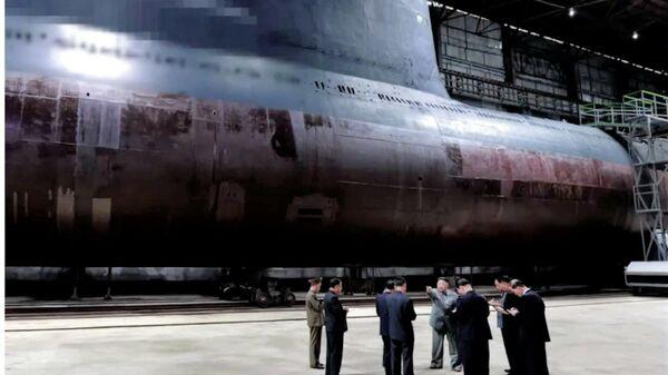 Лидер КНДР Ким Чен Ын во время осмотра подводной лодки