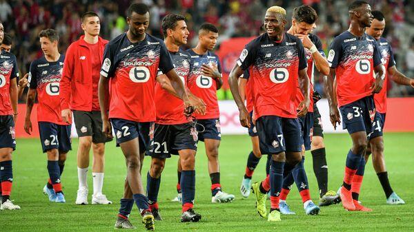 Нападающий ФК Лилль Виктор Осимхен (7) радуется победе в  матче третьего тура чемпионата Франции против ФК Сент-Этьен