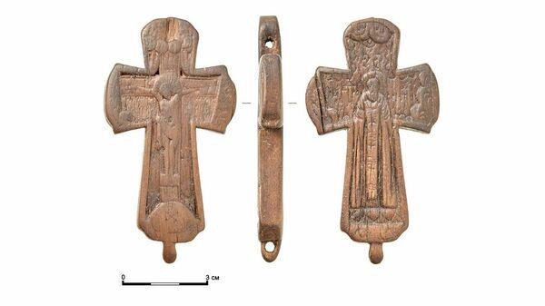 Деревянный нательный крест с изображением святого Сергия Радонежского нашли во время раскопок в районе Китайгородского проезда в Москве