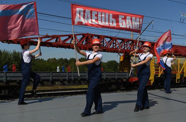 Танцевальное выступление во время парада паровозов на международном железнодорожном салоне PRO//Движение.Экспо