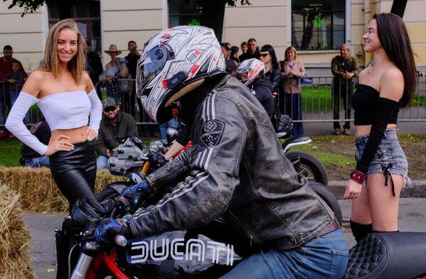 Демонстрационные заезды мотоциклов, собранных вручную на III-м Международном фестивале Мотостолица 2019 в Санкт-Петербурге