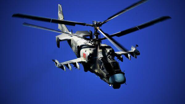Вертолет Ка-52 выполняет полет на Международном авиационно-космическом салоне МАКС-2019