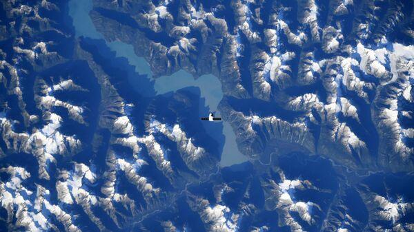 Корабль SpaceX Dragon над Канадскими Скалистыми горами