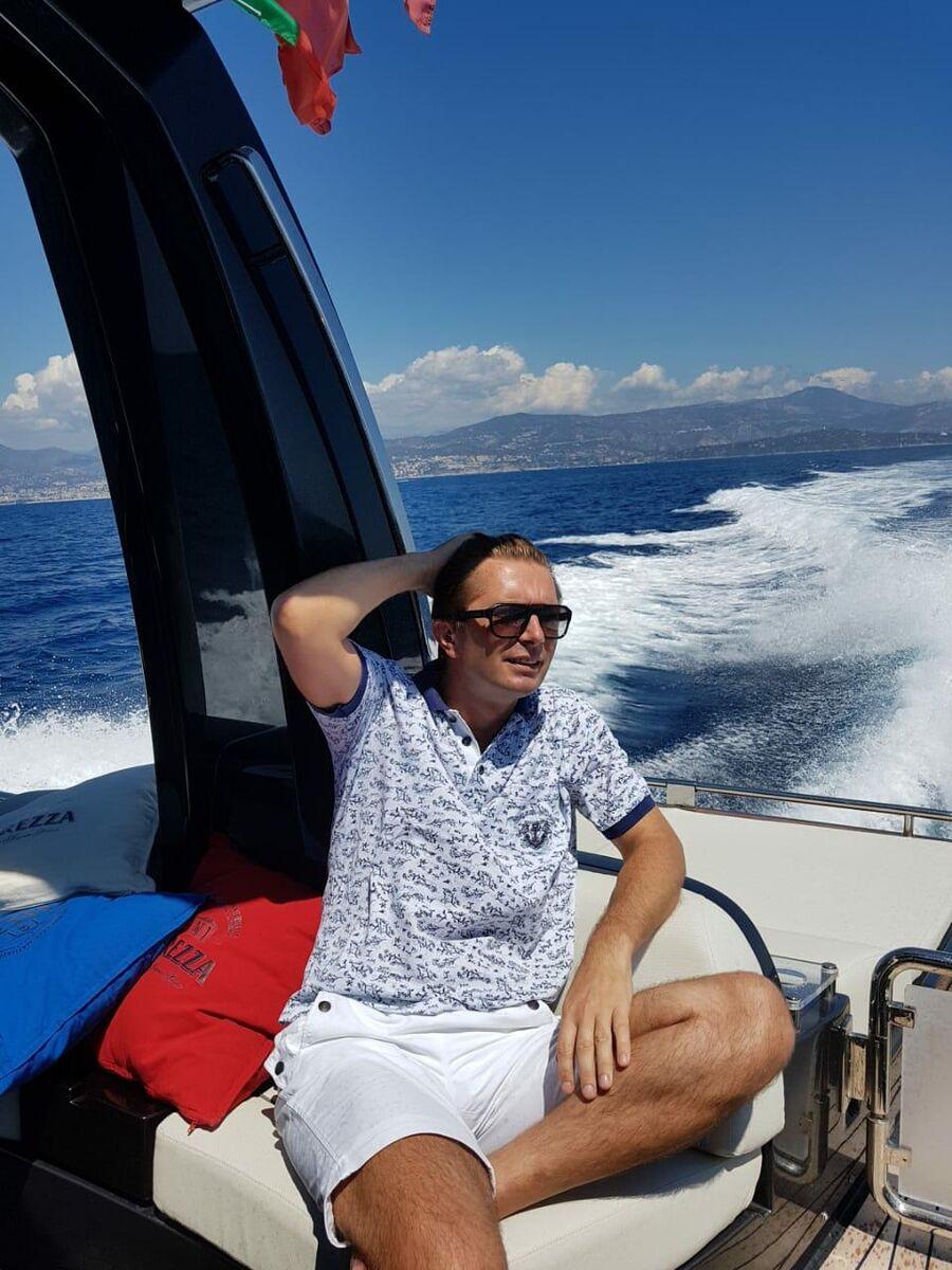 На яхте, возле Монако