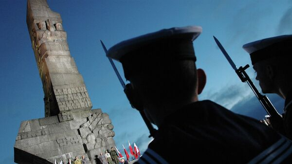 Польские солдаты у памятника защитникам Вестерплатте в Гданьске