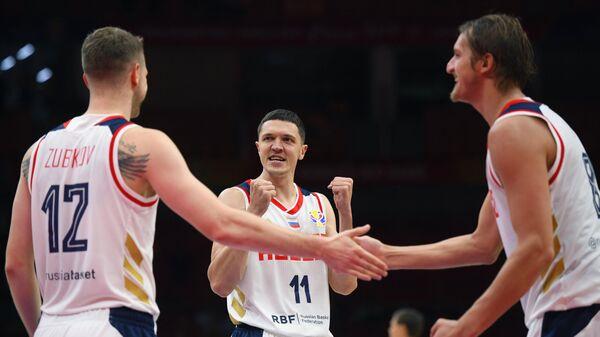 Баскетболисты сборной России Андрей Зубков, Семён Антонов и Владимир Ивлев