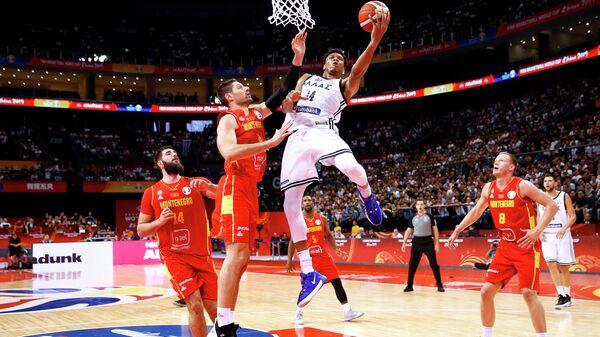 Игровой момент матча баскетбольного Кубка мира Греция - Черногория