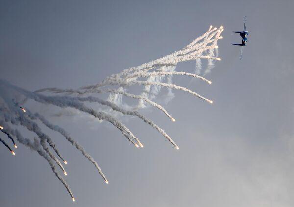 Самолет Су-30СМ пилотажной группы Русские витязи выполняет демонстрационный полет на Международном авиационно-космическом салоне МАКС-2019 в подмосковном Жуковском