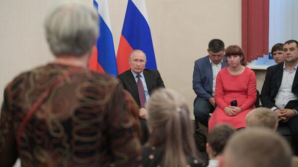 Президент РФ Владимир Путин во время встречи в Тулуне с жителями, принимавшими участие в спасении населения, а также пострадавшими во время паводка на территории Иркутской области