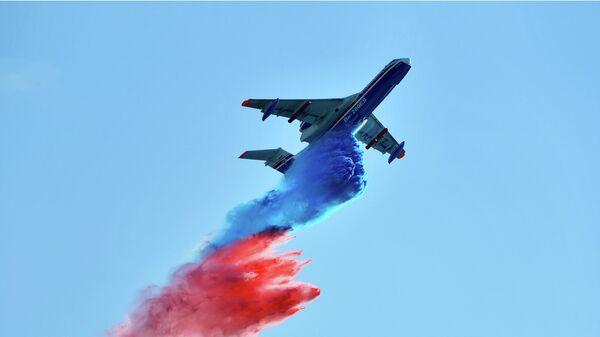 Российский самолёт-амфибия Бе-200ЧС совершает полет на Международном авиационно-космическом салоне МАКС-2019