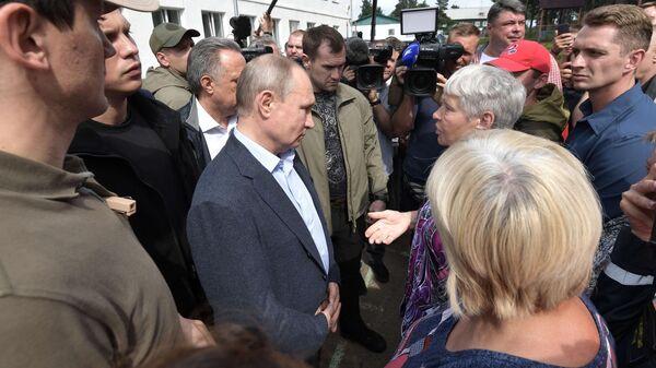 Президент РФ Владимир Путин во время общения с жителями Тулуна, пострадавшими в результате наводнения.