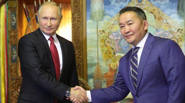Президент РФ Владимир Путин и президент Монголии Халтмагийн Баттулга на церемонии официальной в Улан-Баторе