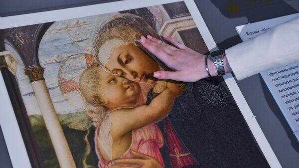 Тактильная копия картины Боттичелли Мадонна делла Лоджиа, выставленная в отделении Сбербанка на  Восточном экономическом форуме