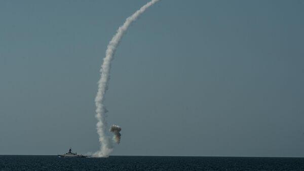 Пуск крылатой ракеты Калибр-НК с борта МРК проекта 21631 Вышний Волочек
