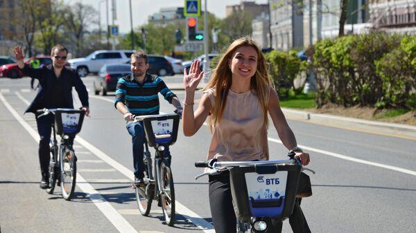 Участники акции На работу на велосипеде на Бульварном кольце в Москве