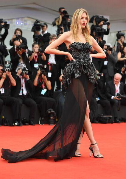 Американская топ-модель Марта Хант на красной дорожке церемонии открытия 76-го Венецианского международного кинофестиваля