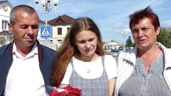 Юлия с настоящими родителями