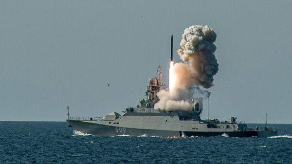 Пуск противокорабельной ракеты Калибр-НК с борта МРК проекта 21631 Вышний Волочек