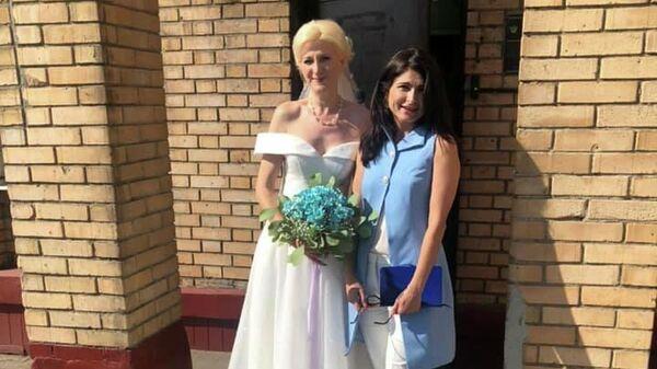 Замглавы Общественной наблюдательной комиссии (ОНК) Москвы Ева Меркачева (справа) и невеста в московском женском СИЗО №6