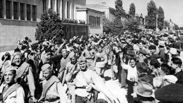 Освобожденные жители Болгарии приветствуют бойцов Красной армии. Великая Отечественная война (1941-1945)