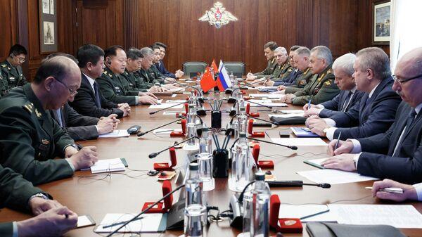 Министр обороны РФ Сергей Шойгу и заместитель председателя Центрального военного совета КНР Чжан Юся во время встречи