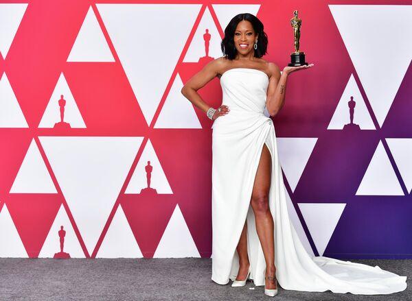 Американская актриса и телевизионный режиссёр Реджина Кинг с премией Оскар