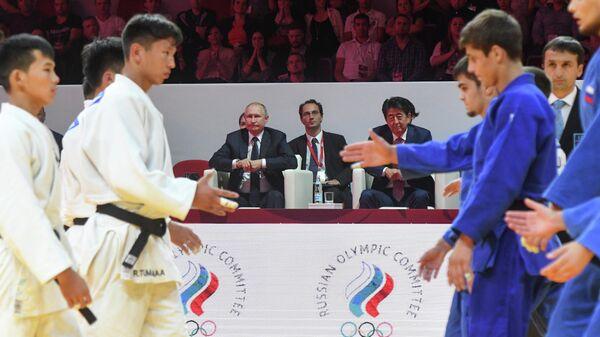 Президент РФ Владимир Путин и премьер-министр Японии Синдзо Абэ во время посещения III Международного турнира по дзюдо имени Дзигоро Кано