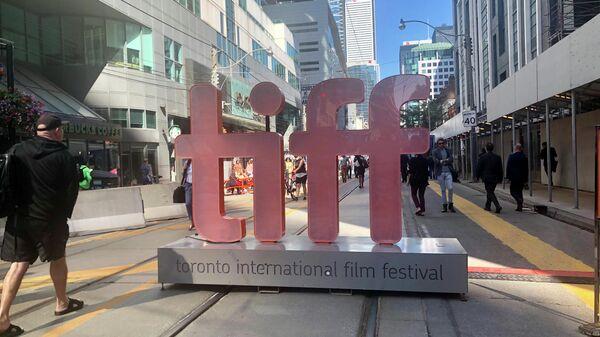 Прохожие у одной из площадок Международного кинофестиваля в Торонто