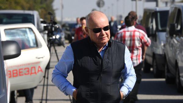 Генеральный директор МИА Россия сегодня Дмитрий Киселев у аэропорта Внуково, где ожидается прибытие самолета с участниками договоренности об освобождении между Россией и Украиной