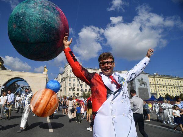 Театральное шествие на Тверской улице в честь Дня города