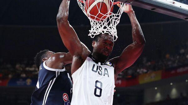 Игровой момент матча баскетбольного Кубка мира США - Греция