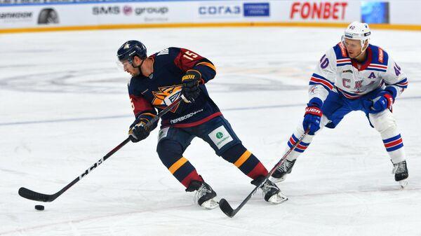 Игрок ХК Металлург Брэндон Козун (слева) и игрок ХК СКА Евгений Кетов